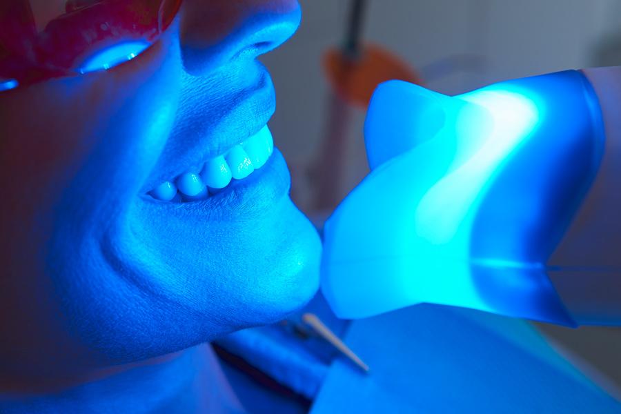 Mit schönen und gesunden Zähnen  die ganze Welt umarmen.